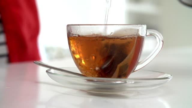 vidéos et rushes de ralenti séquence de femme faisant du thé - thé boisson chaude
