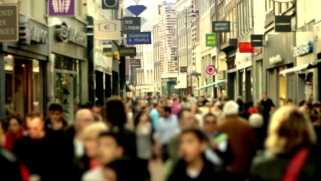 stockvideo's en b-roll-footage met slow motion shopping crowd blurred - europe
