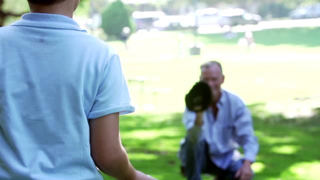 Slow Motion Shot como abuelo jugar al béisbol con nieto - vídeo