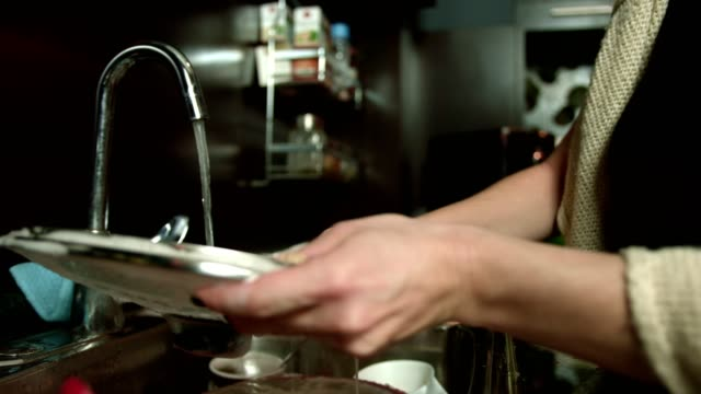 台所の流しのお皿を洗う女性のスローモーション撮影 - 洗う点の映像素材/bロール