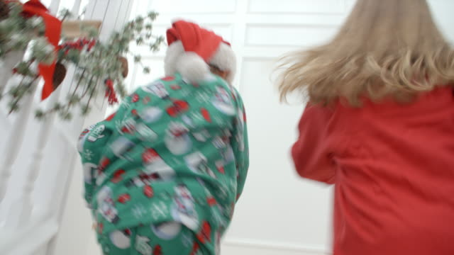 stockvideo's en b-roll-footage met slow motion shot van kinderen op de trap op kerstavond - christmas tree