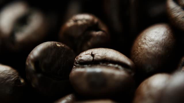 slow-motion-aufnahme von kaffeebohnen - koffeinmolekül stock-videos und b-roll-filmmaterial