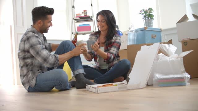 slow motion shot av par som firar flytta in i nya hem - wine box bildbanksvideor och videomaterial från bakom kulisserna