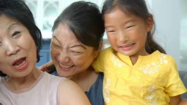 al rallentatore colpo di ritratto di gruppo esteso della famiglia femmina - cultura coreana video stock e b–roll