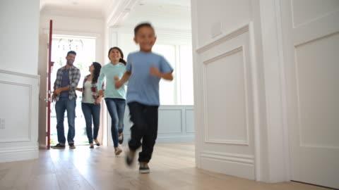 vídeos de stock e filmes b-roll de filmado em câmara lenta de hispânico família movendo-se para nova casa - family