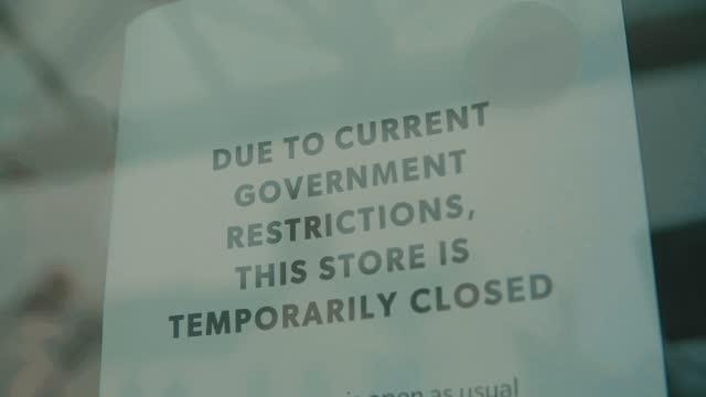 scatto al rallentatore di un negozio indipendente chiuso fino a nuovo avviso a causa della pandemia di coronavirus covid 19, bar, caffè, ristoranti, club tutti chiusi causa di questo blocco di crisi internazionale 2.0 - inquadratura fissa video stock e b–roll