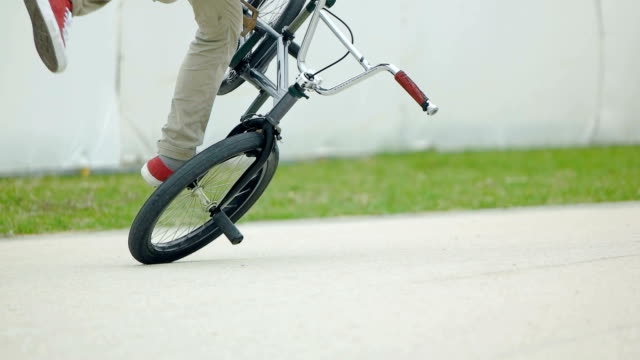 bmx をもつ男のスローモーション撮影。 - ストリートファッション点の映像素材/bロール