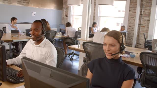 vídeos y material grabado en eventos de stock de lenta toma de personal en el departamento de servicio al cliente - centro de llamadas