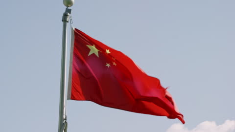 vidéos et rushes de tir lent de mouvement du drapeau de la chine soufflant dans le vent un jour ensoleillé - chinois