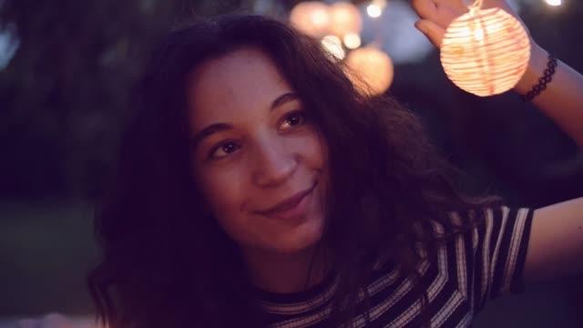 tiro de movimento lento de estrelinhas de iluminação jovem no jardim - vídeo