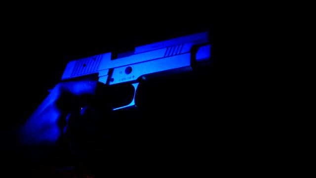 vidéos et rushes de slow motion sig sauer p226 gun pousses 3 fois - meurtre