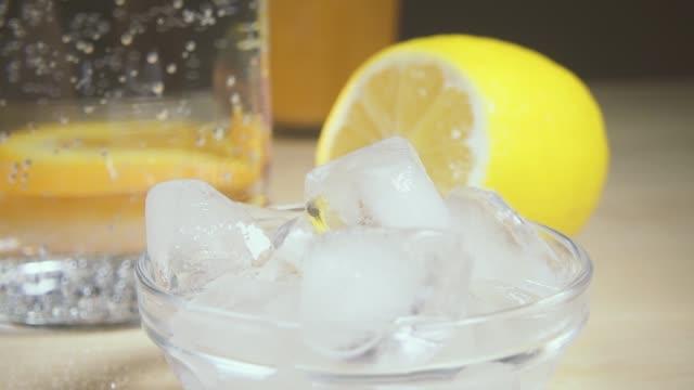 vídeos de stock e filmes b-roll de slow motion smooth movement of focus from ice to lemon - limonada tradicional