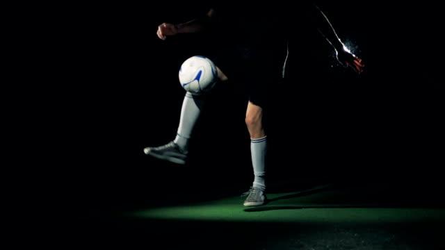 vidéos et rushes de slow motion footballeur jouant avec un ballon de football, faire des trucs. - ligue sportive