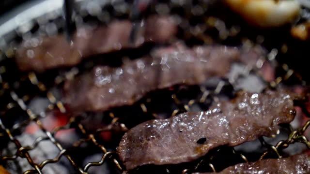 슬로우 모션 스테이크 쇠고기를 굽고 - 척 드릴 부속품 스톡 비디오 및 b-롤 화면