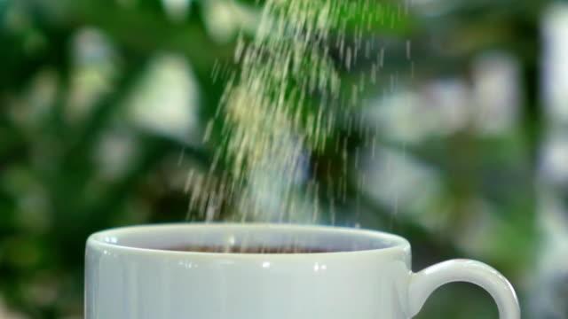 slow motion strews sugar to mug - посыпать стоковые видео и кадры b-roll