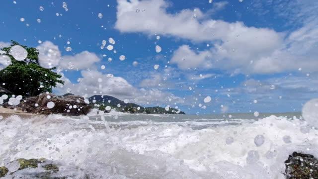 Zeitlupe Surfwellen spritzen auf Kamera tropischen Paradies Insel Asien – Video