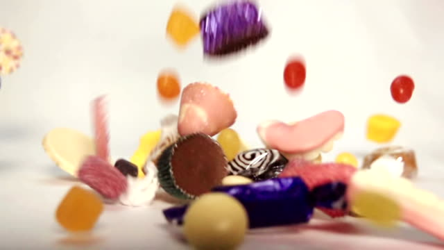 Zeitlupe Süßigkeiten fallen – Video