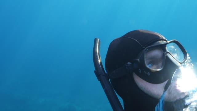 vídeos y material grabado en eventos de stock de disparo submarino a cámara lenta de un buceador que aparece en el océano - buceo con equipo