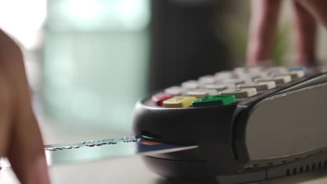 slow motion använda kreditkort läsare sätta kreditkort i kreditkortsläsare - spendera pengar bildbanksvideor och videomaterial från bakom kulisserna