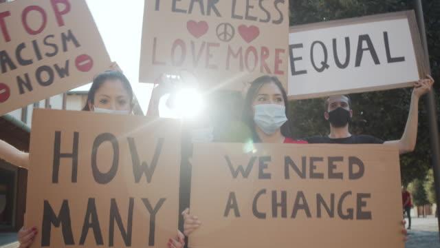 stockvideo's en b-roll-footage met slow motion video van een groep mensen die deelnemen aan een anti-racisme protest - sociale bijeenkomst