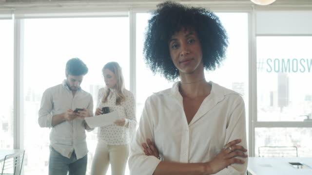 一個年輕成年女商人在現代辦公室的慢動作視頻 - 三四十歲的人 個影片檔及 b 捲影像