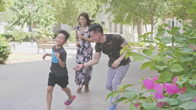 vídeos de stock e filmes b-roll de slow motion video of happy filipino family having fun outdoors - etnia filipina