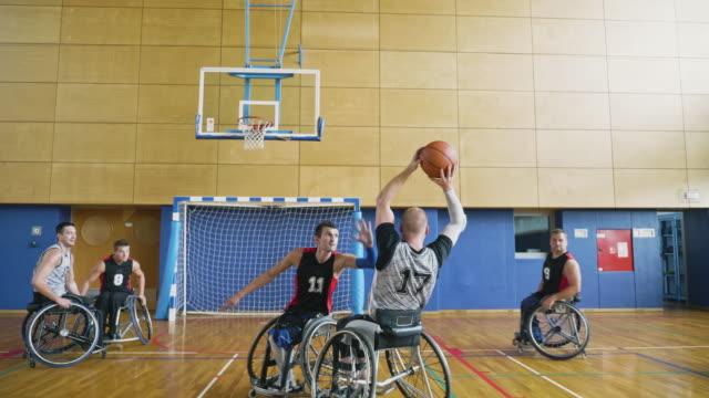 slow motion video av män som spelar basket i rullstol - fysiskt funktionshinder bildbanksvideor och videomaterial från bakom kulisserna