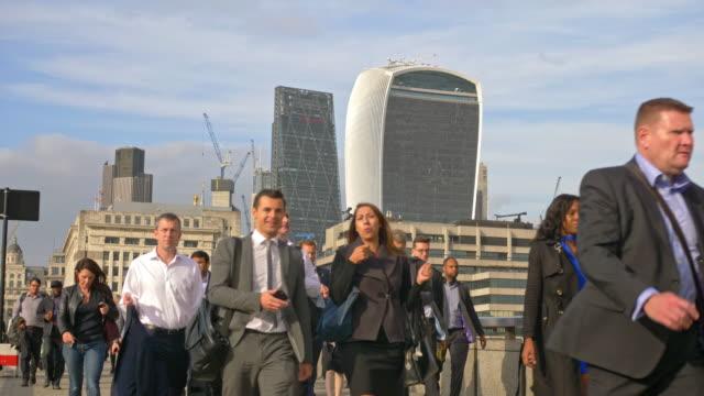 slow motion video of people commuting back home at london bridge - london bridge inghilterra video stock e b–roll