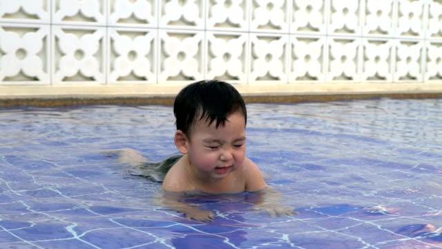 Zeitlupe Video von Kleinkinder machen Sie es sich beim Spielen im Wasser – Video