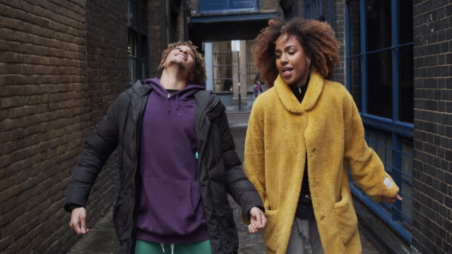 slow motion video of two hip friends dancing together outdoor in the city - generazione z video stock e b–roll
