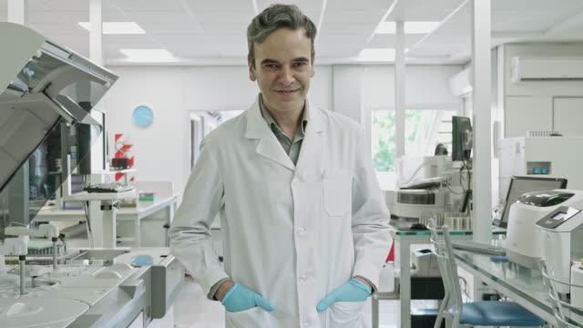 vídeos y material grabado en eventos de stock de retrato de vídeo a cámara lenta del patólogo masculino en el trabajo en el laboratorio de análisis clínico - encuadre cintura para arriba