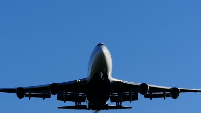 スローモーションの大型ジェットを着陸飛行機お越しください。 - airplane点の映像素材/bロール