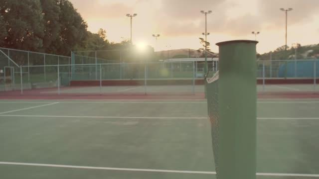 スローモーションはテニスコートの散歩 - テニス点の映像素材/bロール