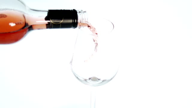 stockvideo's en b-roll-footage met slow motion wine poured into a glass - maximumsnelheid bord
