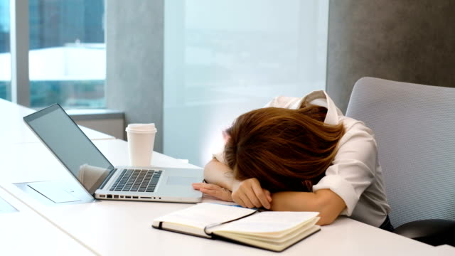 スローモーション: 仕事のインスピレーションを持たない女性 - 女性 落ち込む点の映像素材/bロール