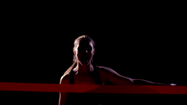 vídeos y material grabado en eventos de stock de cámara lenta. mujer joven para correr en acabado - meta