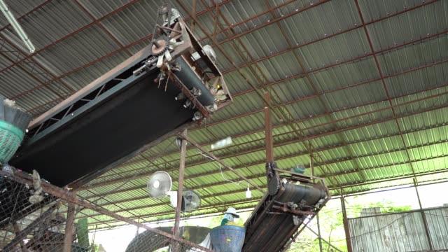 slow motion, maskiner gör separata plastflaskor för återvinning i fabriken. - pet bottles bildbanksvideor och videomaterial från bakom kulisserna