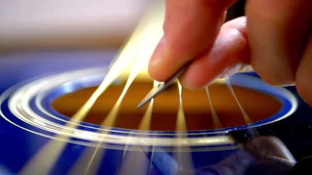 vídeos y material grabado en eventos de stock de movimiento lento de la cuerda vibrante en guitarra acústica. cámara lenta - cuerda
