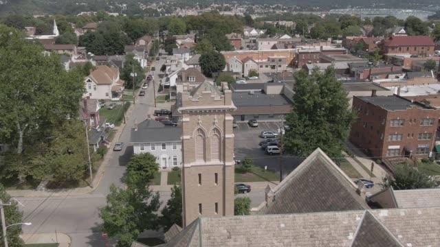 Langsamen Umlaufbahn Rotation um Kirchturm in Kleinstadt – Video