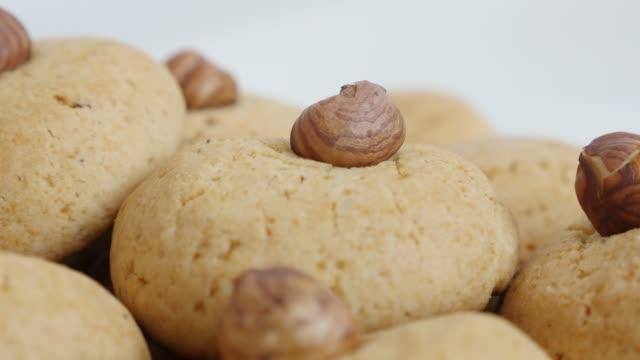 vidéos et rushes de biscuits empilés de casserole lente s'empilent avec la noisette 4k - tentation