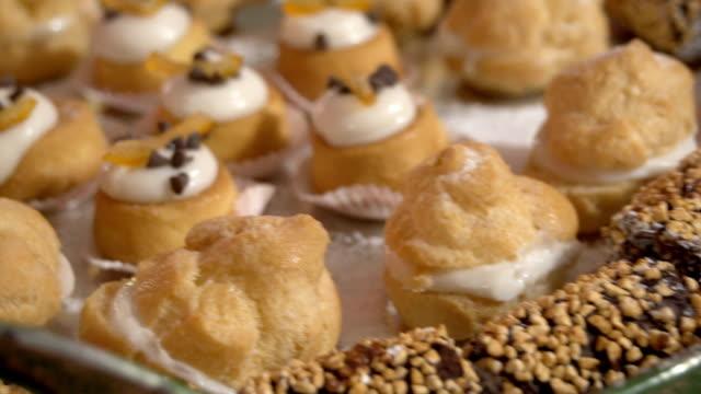 vidéos et rushes de panoramique lent de différents types de pâtisseries à la crème jaune savoureuse fdv - pâtisseries et feuilletés
