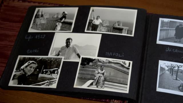 långsam panorering skott av en vintage fotoalbum fdv - sentimentalitet bildbanksvideor och videomaterial från bakom kulisserna