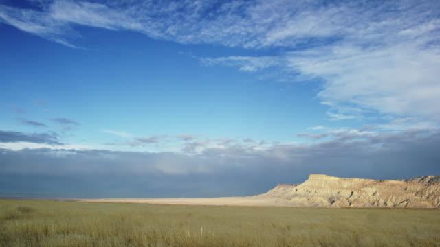 slow panning shot of mount garfield and the bookcliffs (rocky mountains) im grand valley von western colorado mit sturmwolken am horizont - hochplateau stock-videos und b-roll-filmmaterial