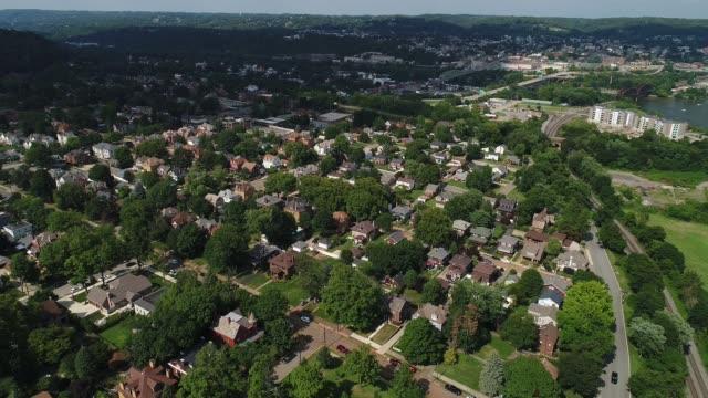 vídeos de stock, filmes e b-roll de antena de reversa lenta estabelecendo tiro da pequena cidade da pennsylvania - nordeste