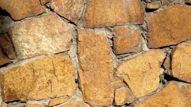 langsam drehen sie bewegung steinmauer nahaufnahme. drehen sie langsam, verschieben von mauerwerk closeup 4k. - stein baumaterial stock-videos und b-roll-filmmaterial
