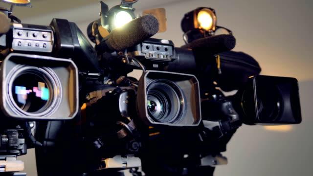 vidéos et rushes de une rotation lente tourné sur trois videocams. - camera