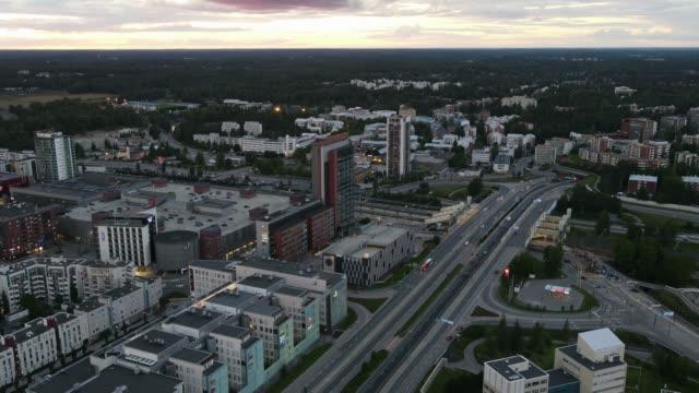 slow time-lapse/hyper-lapse parallellt med en motorväg i finland - drone helsinki bildbanksvideor och videomaterial från bakom kulisserna