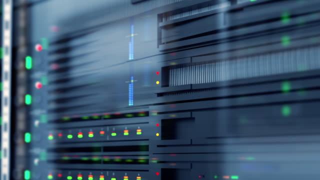 långsam spårning skott av server enheter i cloud service datacenter visar flimrande ljus indikatorer för massiv dataanslutning bandbredd, närbild skott. - server room bildbanksvideor och videomaterial från bakom kulisserna
