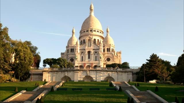långsam zooma ut skott av sacre coeur, paris - montmatre utsikt bildbanksvideor och videomaterial från bakom kulisserna