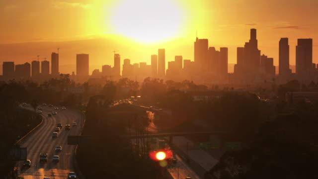 천천히 동쪽 로스 앤젤레스의 무인 항공기 총 내림차순 석양 dtla 스카이 라인으로 교환 - sunset 스톡 비디오 및 b-롤 화면